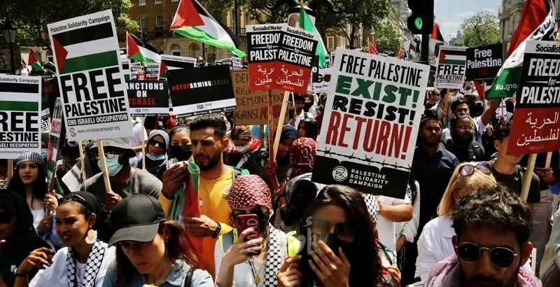 الآلاف يتظاهرون أمام مقر الحكومة البريطانية دعماً للفلسطينيين..صور