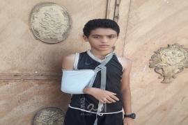 غزة: نجاة طفل بعد سقوط باب حديدعليه من مخلفات القصف الإسرائيلي
