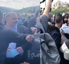 أهالي أم الفحم يطردون ممثل القائمة الإخوانية منصور عباس بعد  الاعتداء عليه - فيديو