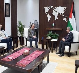 """اشتية يستقبل وفدا من تكية """"أم علي"""" الأردنية ويثمن مساعدتهم المتواصلة للأسر المعوزة"""