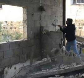 القدس: سلطات الاحتلال تُجبر مواطنًا في العيسوية على هدم منزله