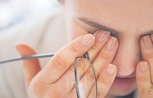 الإفراط في تناول القهوة قد يصيب العين بالماء الأزرق