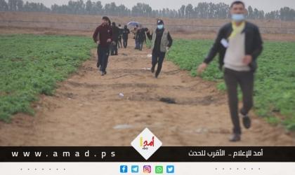 """بالفيديو .. جيش اﻻحتلال يطلق الرصاص الحي باتجاه طاقم """"أمد """" وعدد من الصحفيين شرق خانيونس"""