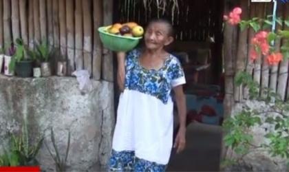 """الجدة المكسيكية """"العنكبوت"""" تتحدى عمرها.. كيف ذلك؟ - فيديو"""